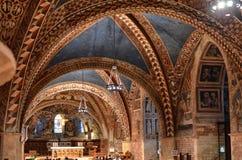 Assisi, Włochy Sierpień 2016: Wnętrze sławna bazylika San Francesco d «Assisi obraz royalty free
