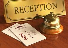 Assista il segnalatore acustico e i cardkeys sullo scrittorio di ricezione dell'hotel Fotografia Stock