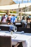 Assista la regolazione in un ristorante di aria aperta Fotografia Stock