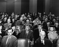 Assistance attentive dans le théâtre (toutes les personnes représentées ne sont pas plus long vivantes et aucun domaine n'existe  Photographie stock