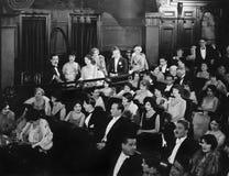 Assistance dans le théâtre (toutes les personnes représentées ne sont pas plus long vivantes et aucun domaine n'existe Garanties  Image stock