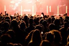 Assistance dans un concert à la discothèque de clinquant images stock