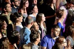 Assistance dans un concert à la discothèque de clinquant photographie stock libre de droits