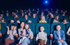 Assistance de théâtre de film appréciant le film et le sourire image libre de droits
