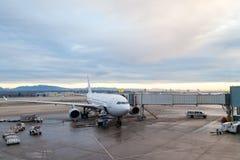 Assistance en escale d'avions sur le terminal d'aéroport Images libres de droits