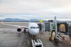 Assistance en escale d'avions sur le terminal d'aéroport Photographie stock libre de droits