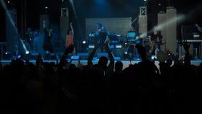 Assistance heureuse de fond lent de vidéo animée sautant le concert Hall Silhouettes People Applauding de groupe de rock de mains banque de vidéos