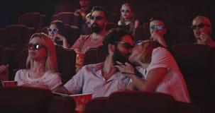 Assistance inquiétante de cinéma de couples avec parler banque de vidéos