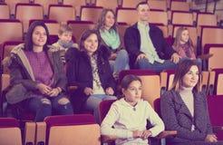 Assistance nombreuse dans la saison froide dans le théâtre Image libre de droits