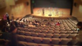 Assistance remplissant vers le haut d'une salle de concert banque de vidéos