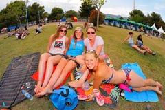 Assistance se situant dans l'herbe au festival de BOBARD Photographie stock libre de droits