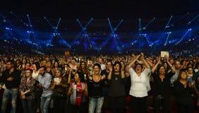Assistance supérieure enthousiaste, fans de concert de musique Image stock