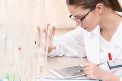 Assistant de laboratoire de femme tenant un tube à essai vide images stock