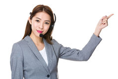 Assistant de service client avec l'indication par les doigts  Image libre de droits