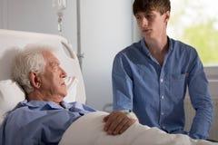 Assistant de soin avec le patient supérieur Image libre de droits