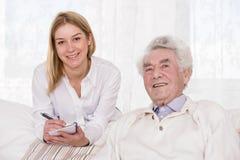 Assistant de soin et homme plus âgé Image stock