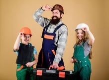 assistant de travailleur de la construction Constructeur ou charpentier D?panneur dans l'uniforme ing?nieur Homme barbu avec de p photographie stock libre de droits