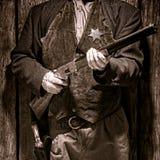 Assistant du shérif occidental américain Holding Rifle de légende Images libres de droits
