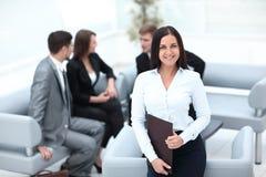 Assistant féminin de sourire avec des documents Image stock