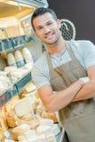 Assistant masculin au compteur de laiterie photographie stock