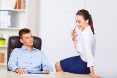 Assistant personnel flirtant avec son travail Image libre de droits