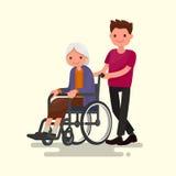 Assistant social sur une promenade avec la grand-mère handicapée dans un wheelchai Photographie stock libre de droits