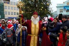 Assistants de défilé de Saint-Nicolas dans Uzhgorod photographie stock