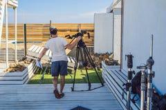 Assistent auf Kinotrieb bereitet Filmproduktionsgang vor lizenzfreie stockfotos
