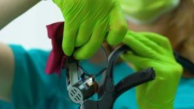 Assistent som förbereder tand- förstorande effektiv och exakt behandling för loupe, arkivfilmer