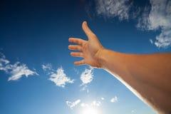 Assistent som trycker på den blåa himlen med moln Arkivfoton