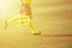 Assistentdomare som fortskrider sidlinjen under en fotbollmatc royaltyfria bilder