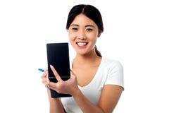Assistente abbastanza femminile che prende giù le note Fotografia Stock