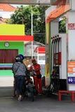 Assistente da gasolina que enche-se acima da motocicleta fotos de stock
