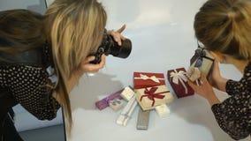 Assistente de bastidores dos trabalhos de equipa do fotógrafo criativo video estoque