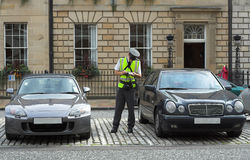 Assistente de estacionamento, warden do tráfego, começ o mandato da multa do bilhete Imagens de Stock