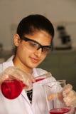 Assistente de laboratório fêmea Fotografia de Stock