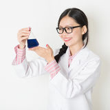 Assistente de laboratório que faz a experiência Fotos de Stock