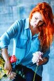 Assistente de loja fêmea alegre encantador que faz o ramalhete com açafrão roxo Fotos de Stock Royalty Free