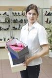Assistente de loja na loja de sapata Fotos de Stock Royalty Free