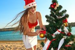 Assistente della Santa alla spiaggia tropicale Immagini Stock Libere da Diritti