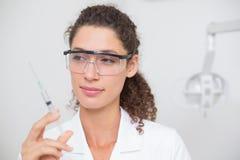 Assistente dental que prepara uma injeção imagens de stock