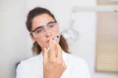 Assistente dental que prepara uma injeção fotografia de stock royalty free