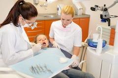 Assistente dentale con il dentista ed il piccolo bambino Fotografie Stock Libere da Diritti