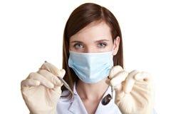Assistente dentale femminile con gli strumenti fotografia stock libera da diritti