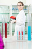 Assistente di laboratorio che pulisce nel laboratorio Fotografia Stock