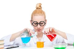 Assistente di laboratorio del chimico con le provette con le sostanze pericolose Immagini Stock Libere da Diritti