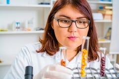 Assistente di laboratorio nel laboratorio di qualità dei prodotti alimentari Immagini Stock
