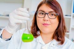 Assistente di laboratorio nel laboratorio di qualità dei prodotti alimentari Fotografia Stock