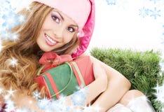 Assistente felice della Santa con il contenitore di regalo Fotografie Stock Libere da Diritti