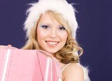 Assistente felice della Santa con il contenitore di regalo fotografia stock libera da diritti